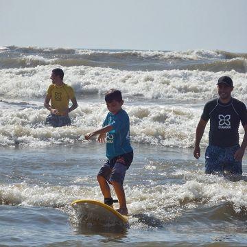 Arroio tem escolinha de surf para a garotada