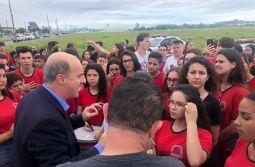 Governador anuncia obra de R$ 15 milhões sob manifestação de estudantes do Maria Garcia...