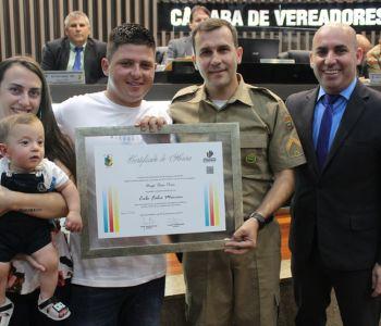 Policiais que salvaram bebê são homenageados na Câmara