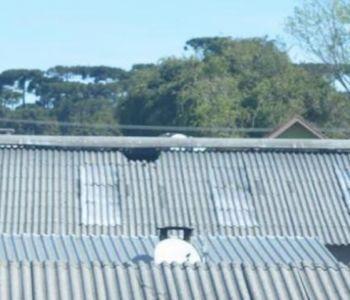Homem cai de telhado de mais de 8 metros