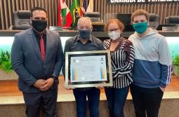 Professor Antonio Cesar Sprícigo recebe moção de reconhecimento da Câmara