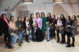 Em seu 14º encontro, Debutantes foram recepcionadas pela Óptica Cláudia em Turvo