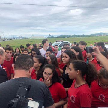 Governador anuncia obra de R$ 15 milhões sob manifestação de estudantes do Maria Garcia Pessi