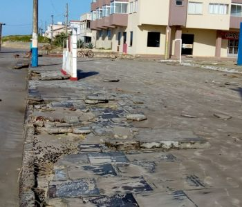 Ressaca no mar invade calçadas, ruas e casas no Arroio