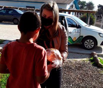 Prefeitura faz entrega de kits de lanche para crianças e adolescentes do Serviço de Convivência