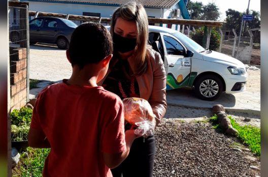 Prefeitura faz entrega de kits de lanche para crianças e adolescentes do Serviço de Conv...