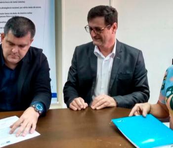 Cristian Rosa e Volnei Giassi recebem sugestões da CDL