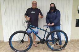 Contato Internet presenteia cliente com bicicleta