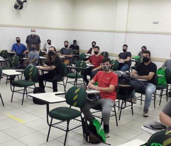 Acadêmicos de volta às aulas presenciais na UniSatc